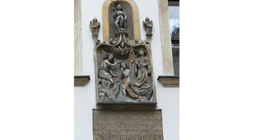 """judenplatz - Gotisches Relief am Haus Jordangasse 2/Judenplatz 2 mit der judenfeindlichen Aufschrift: """"So erhob sich 1421 die Flamme des Hasses, wütete durch die ganze Stadt und sühnte die furchtbaren Verbrechen der Hebräerhunde."""" - © Foto: Wikipedia / Wolfgang Sauber (cc by-sa 3.0)"""