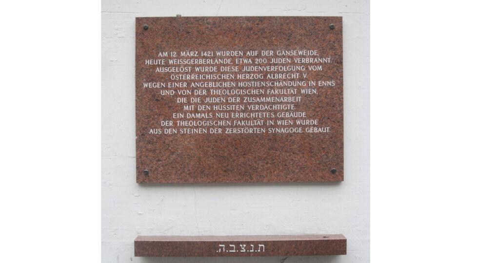Erinnerungstafel_für_die_Opfer_der_Wiener_Gesera - Gedenktafel an die Wiener Gesera nahe der Hinrichtungsstätte der über 200 Jüdinnen und Juden, Wien 3., Kegelgasse 40. - © Foto: Wikipedia / Ewald Judt (cc by-sa 3.0)