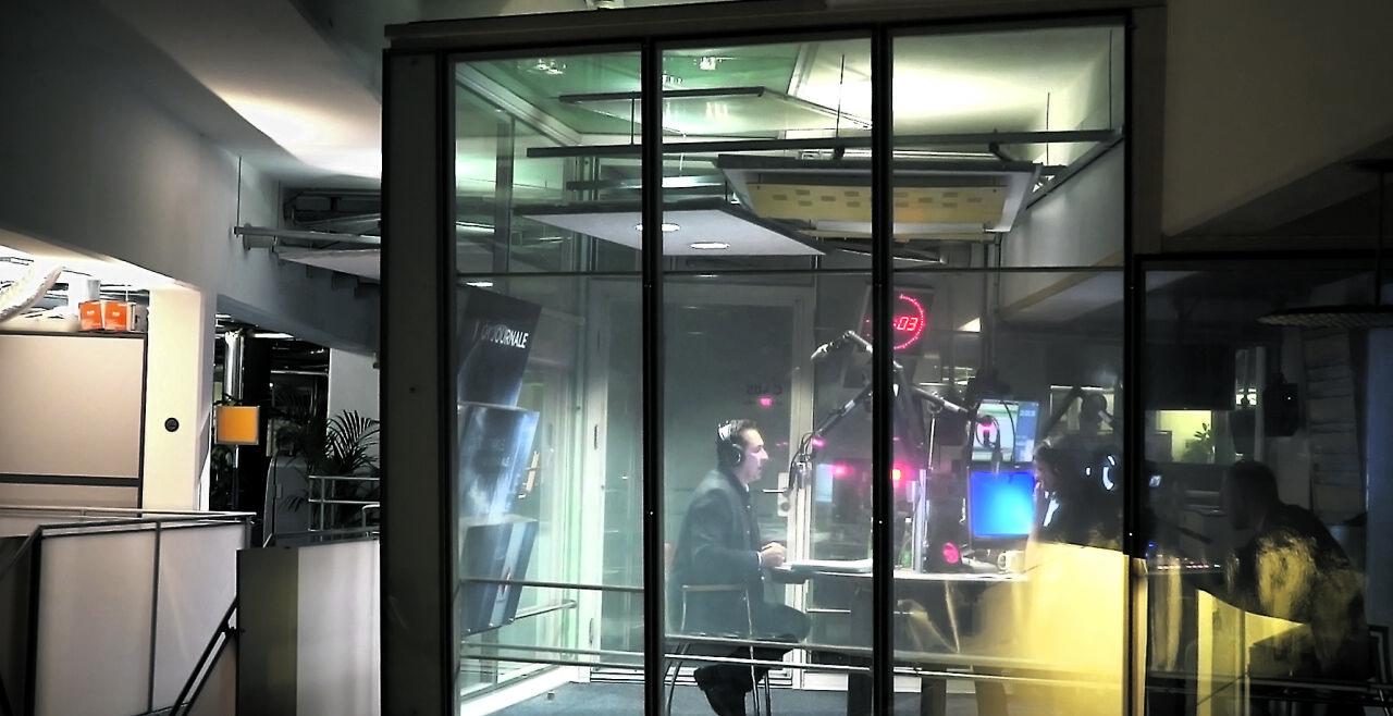 """Information, Diskussion - Auch eine Studiodiskussion auf Ö1 mit dem damaligen Wahlkämpfer Heinz-Christian Strache ist eine der Episoden in """"Gehört, Gesehen"""", dem """"Radiofilm"""". - © Filmladen Filmverleih"""