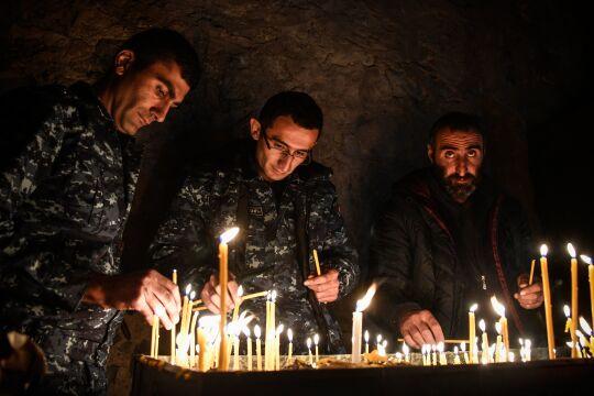 dadiwank - © APA / AFP / Alexander Nemenov - Armenische Soldaten gedenken am 14. November der Gefallenen im Kloster Dadiwank, das am 15. November unter aserbaidschanische Kontrolle übergeben wurde.