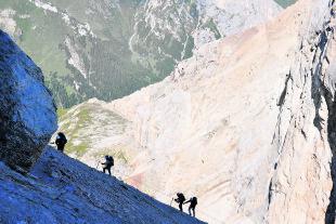 Klettersteiggeher am Marmolada-Westgrat in den Dolomiten - Klettersteiggeher am Marmolada-Westgrat in den Dolomiten. - © Wolfgang Machreich