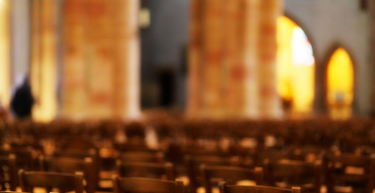 Innenansicht einer Kirche - © Foto: Pixabay / Johannes Plenio