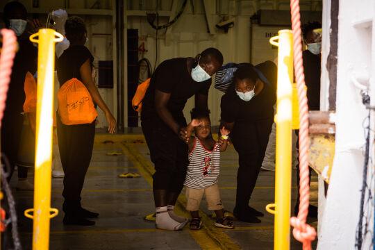Drei von insgesamt 350 aus Seenot geretteten Flüchtlingen an Bord der Sea-Watch 4. - Drei von insgesamt 350 aus Seenot geretteten Flüchtlingen an Bord der Sea-Watch 4. - © Seawatch/Chris Grodotzki