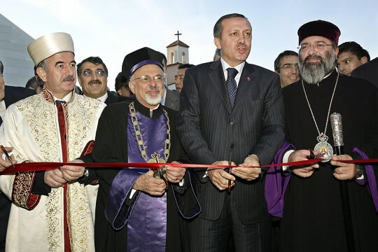 erdogan - © APA / AFP / Tarik Tinazay   -   Bild: Präsident Erdoğan (Mi.) mit Religionsvertretern  2004 (li.: Ali Bardakoğlu, damals Chef der Religionsbehörde Diyanet)