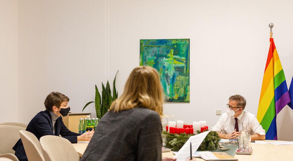 Debatte anschober - Chefredakteurin Doris Helmberger, Gesellschafts- und Bildungsredakteuerin Brigitte Quint, Gesundheitsminister Rudolf Anschober. - © Carolina Frank
