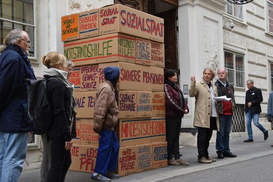 Armuts abschaffen - Martin Schenk (2. v. r.) und andere Vertreterinnen und Vertreter der Armutskonferenz stapelten ihre Forderungen, u. a. eine Anhebung des Existenzminimums, an der Adresse der türkis-grünen Regierung. - © Armutskonferenz