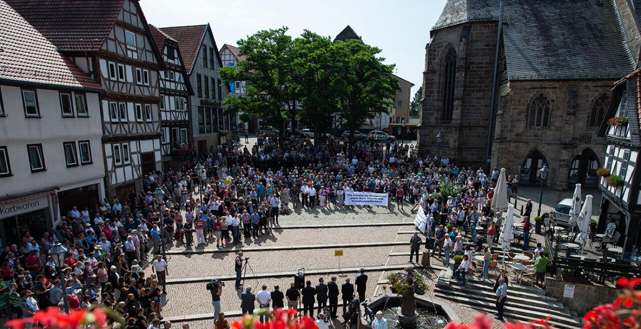 Haus - Ein zeichen setzen: Am 22. Juni gedenken Hunderte des ermordeten CDUPolitikers Walter<br /> Lübcke in Wolfhagen bei Kassel.<br /> <br />  - © Fotos: Swen Pförtner / dpa / AFP