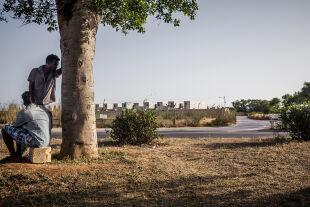 Malta-Flüchtlinge - Im Lager: Auf Malta haben die Behörden Container übereinander gestapelt. Nun sind es Flüchtlingslager, die in der sengenden Hitze liegen. Mehrere Tausend Menschen sind als Flüchtlinge registriert. - © Fotos: Giacomo Sini