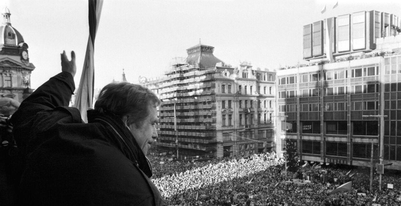 Václav Havel spricht auf dem Wenzelsplatz zum Volk  - © Foto: Getty Images / Sovfoto / UIG
