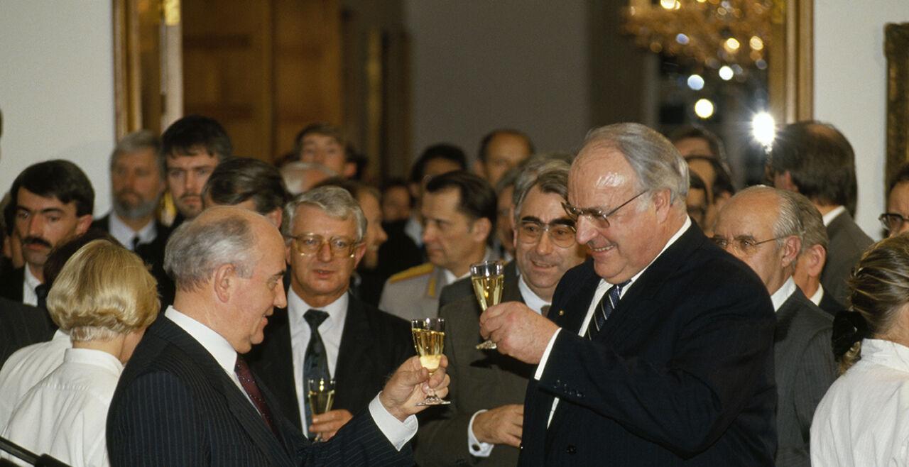 Michail  Gorbatschow mit Kanzler Kohl  - © Foto: Getty Image / Régis Bossu / Sygma