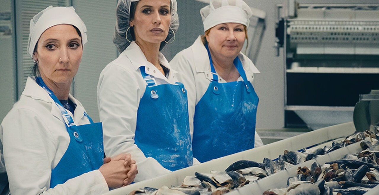 """""""Rebellinnen"""" - Sandra (Cécile de France, Mitte) und ihre Kolleginnen in der Fischkonservenfabrik.<br /> &nbsp; - © Luna Film"""