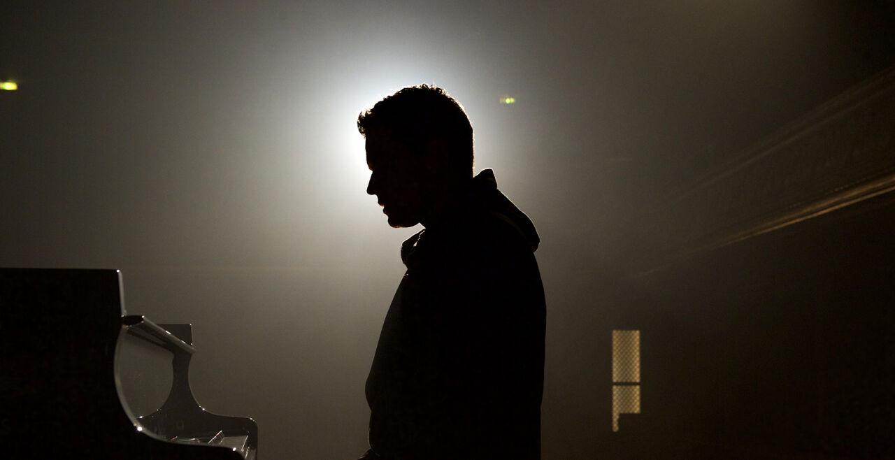 Der Klavierspieler vom Gare du Nord - Jules Benchetrit in der Hauptrolle des Mathieu Malinski, der in der Halle des Pariser Nordbahnhofs seinem Entdecker und Förderer begegnet. - © Lunafilm