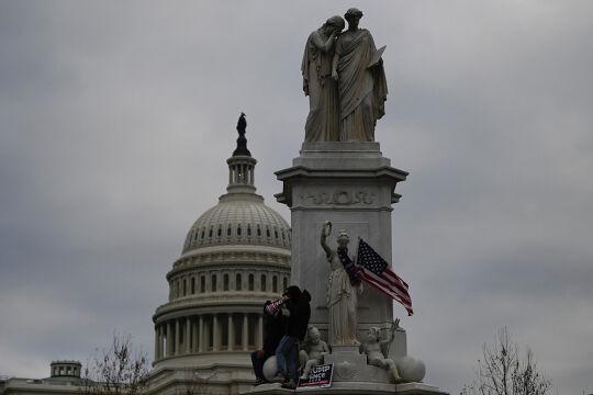 US-Kapitol: Ein Ort der Tränen  - Die Allegorie des Friedens tröstet und trägt dabei eine Gesetzestafel. Das Denkmal in der Nähe zum Kapitol wurde am Mittwoch zum Lager der Trumpisten bei ihrem Angriff auf die Demokratie.<br /> <br />  - © APA / AFP / Andrew Caballero-Reynolds
