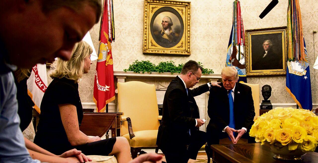TRUMP BLESSED - © Getty Images/The Asahi Shimbun - Der evangelikale Prediger Andrew Branson betet mit Donald Trump im Oval Office des Weißen Hauses nach seiner Freilassung aus einem türkischen Gefängnis im Oktober 2018.