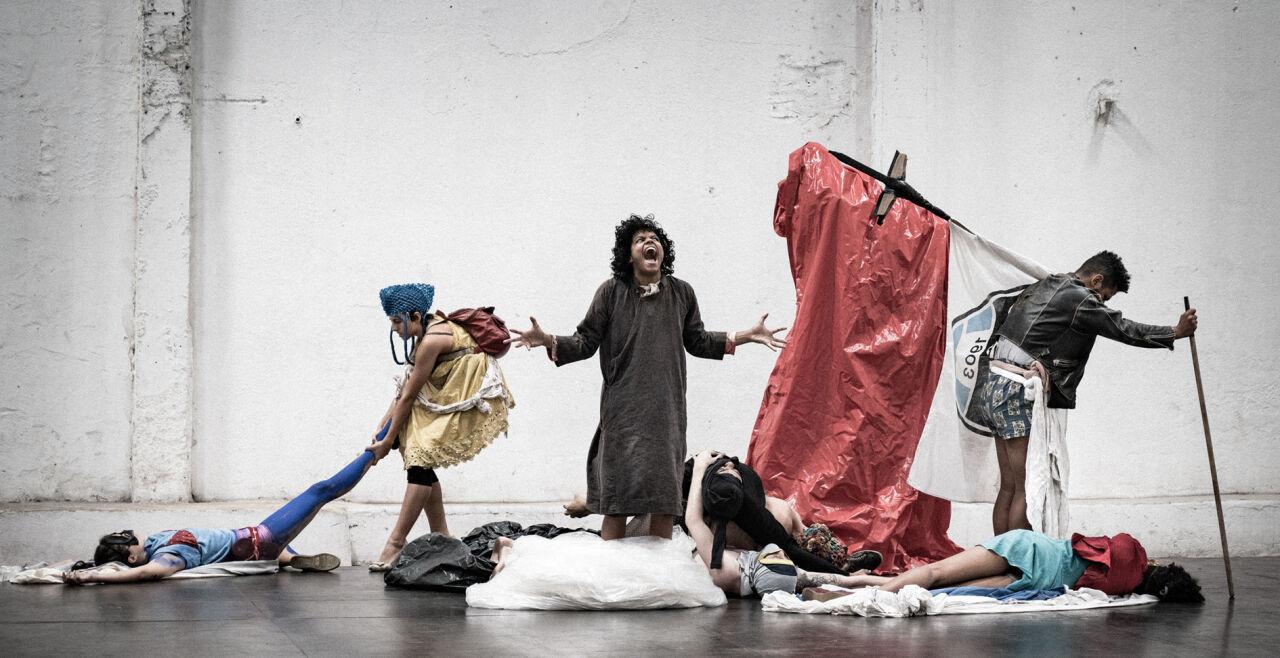 """Festwochen Slagmuylder - <strong>Hetze und Wut</strong><br /> Bei der Tanz-Performance """"Fúria"""" der brasilianischen Choreografin Lia Rodrigues handelt es sich um eine politisch brisante Produktion, um ein Plädoyer für Solidarität und Selbstermächtigung. - © Sammi Landweer"""