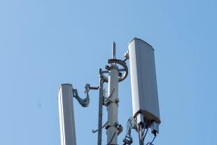 5G-Antenne - Bis zum Jahr 2023 sollen erste 5G-Dienste in Österreich nutzbar sein. In der Schweiz werden bereits 5G-Optionen angeboten (Bild: Antenne in Neuchatel). - © picturedesk.com / Adrien Perritaz / Keystone