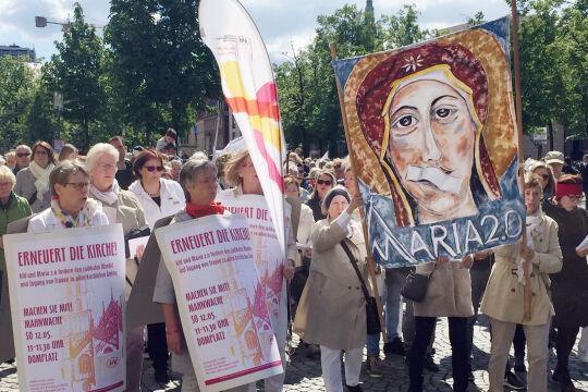 """Münster, Westfalen - Mehrere Hundert Frauen und Männer versammelten sich am 12. Mai zur Mahnwache """"Maria 2.0"""" vor dem Dom. - © APA/dpa/Carsten Linnhoff"""