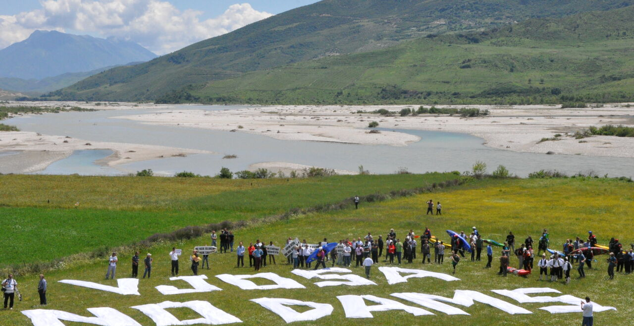 Albanisches Flussjuwel Vjosa - Mit 270 Kilometern unverbauten Flusslaufs hält der albanische Fluss Vjosa den Europarekord. Um die Einzigartigkeit dieses und anderer Fließgewässerjuwelen auf dem Balkan zu schützen, formiert sich immer mehr Widerstand. - © Wolfgang Machreich