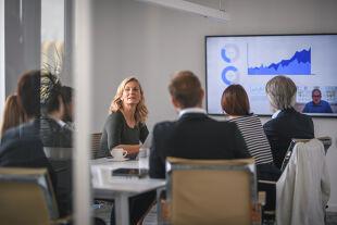 Frauen Führung - © Foto: iStock/ AzmanL ; Illustration: Rainer Messerklinger