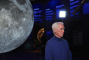 """Apollo-9-Astronaut Rusty Schweickart - Rusty Schweickart war Apollo-9-Pilot. In der Mondlandung 1969 sieht er """"eine kosmische Geburt"""", die zur Umweltbewegung führte. Das Foto zeigt ihn bei einem Besuch im NHM Wien zum Anlass des Jubiläums der Mondlandung 2019.<br />  - © Wolfgang Machreich"""