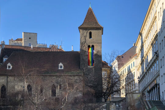 Ruprechtskirche - © Martin Höfling    -   Ruprechtskirche, Wien I. mit Regenbogenfahne