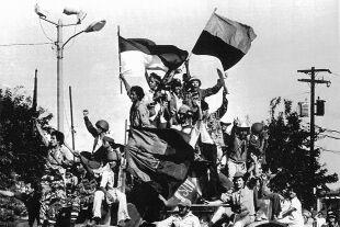 Jubel des Anfangs - Jubel des Anfangs: Die Jugend Nicaraguas eroberte die gepanzerten Fahrzeuge des Diktators. Szenen aus der Hauptstadt Managua, Juli 1979. - © Foto: APA / AFP