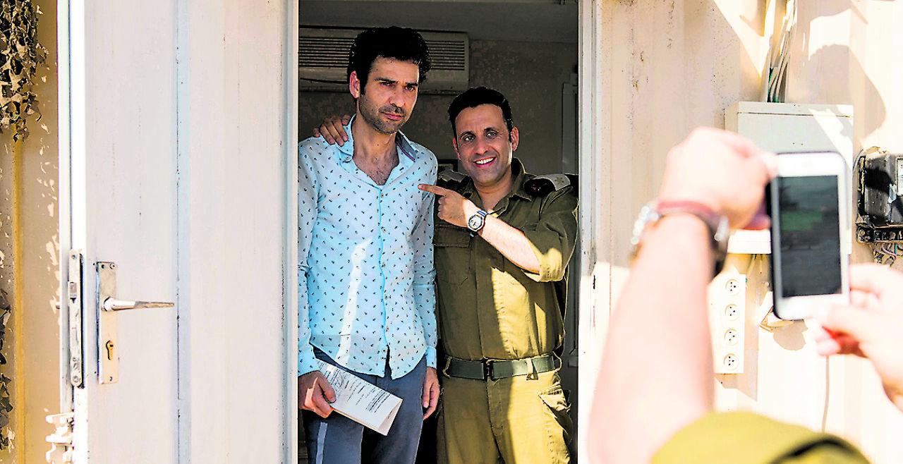 """Checkpoint Salam - Grenzoffizier Assi (Yaniv Biton, re.) zwingt Salam (Kais Nashif), Drehbuchautor der Soap Opera """"Tel Aviv on Fire"""", den Plot des abendlichen Straßenfegers umzuschreiben."""