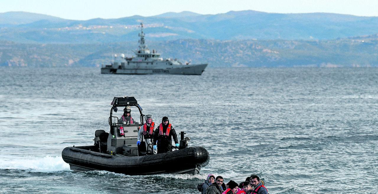 Flüchtlinge Lesbos - © Fotos: APA / AFP / Aris Messinis