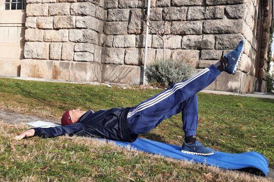 Die Grille - Die Grille dient der Kräftigung der Beinbeuger und der Gesäßmuskulatur, ist zur Kräftigung und Stabilisierung des Rumpfes und des Schultergürtels sowie zur Schulung des Koordinationsvermögens und Gleichgewichtes geeignet. - © Wolfgang Machreich