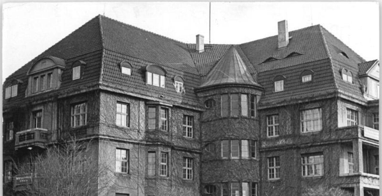 Rotes Kloster - Das wegen seiner Verzierung mit rotem Porphyr so genannte Journalistik-Institut der Karl-MarxUniversität Leipzig (1954–90). - © Foto: Wikipedia/ Bundesarchiv, Bild 183-18814-0004 / Illner (cc-by-sa 3.0)
