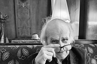 """Vagabundierender Kulturwissenchschafter Roland Girtler - Auf Girtlers Visitenkarte steht u. a.: """"Ehrenkiberer, Ehrenmitglied der Zigeuner von Hermannstadt, Schüler in Gottes Weltuniversität, Jongleur …""""<br />  - © Wolfgang Machreich"""
