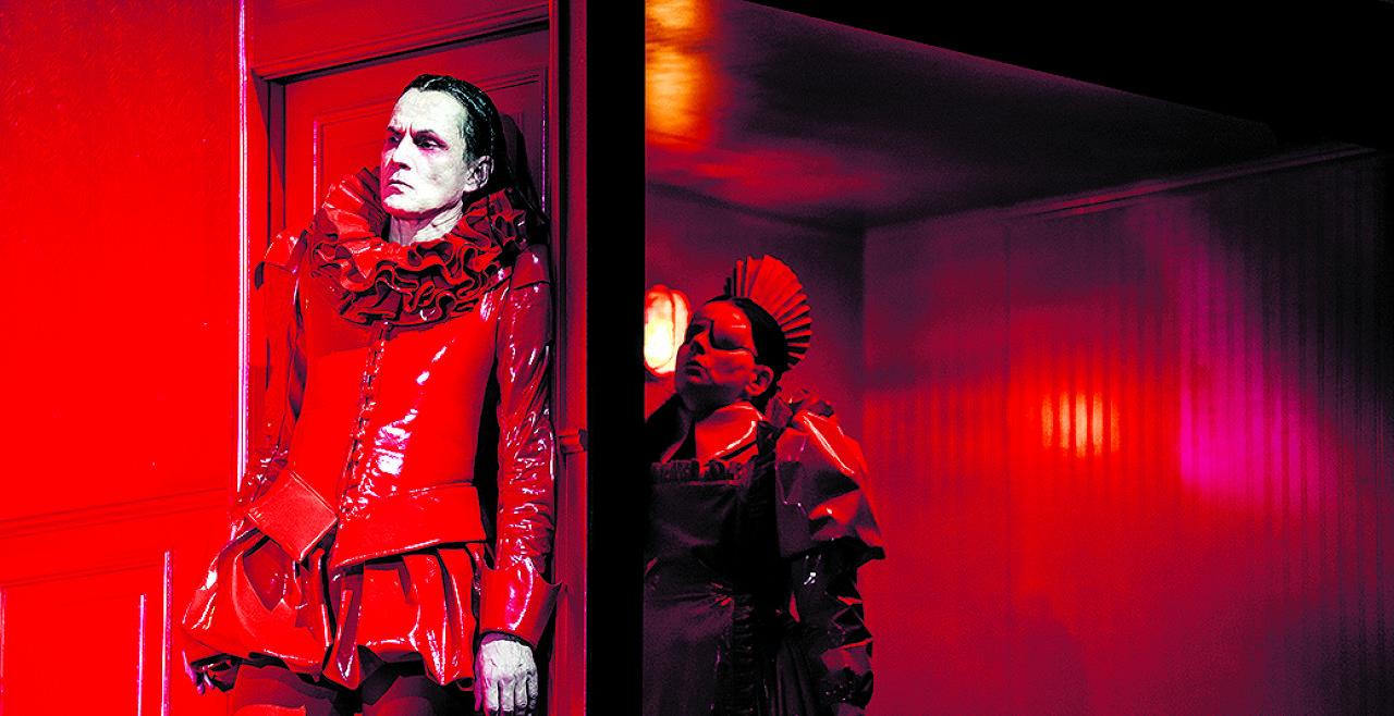 """Jagdgesellschaft - Markus Scheumann und Dunja Sowinetz in einer monochromen Inszenierung von Thomas Bernhards """"Jagdgesellschaft"""". - © Foto: Susanne Hassler-Smith"""