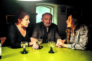 """""""Weißbier im Blut"""" - © Kellnerin Gerda Bichler (Luise Kinseher), Kreuzeder (Sigi Zimmerschied), Dr. Carmen März (Brigitte Hobmeier), ein anarchisches Trio"""