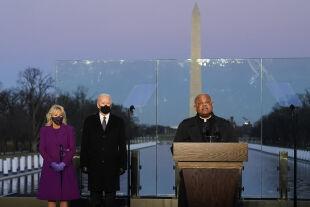 bidens und gregory - © picturedesk.com / AP / Alex Brandon    -    Joe und Jill Biden mit dem Washingtoner Kardinal Wilton Gregory am Voraben der Inauguration, 19. Jänner 2021