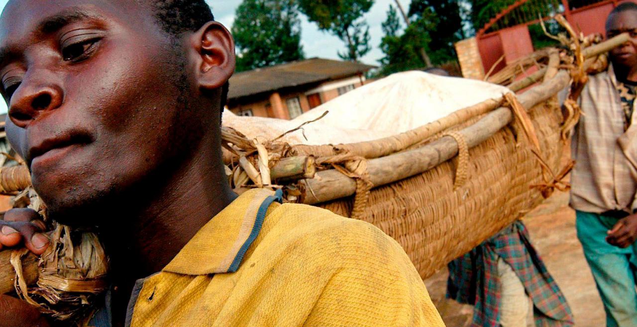 Ruanda - Die Überreste eines Opfers des Massenmordes werden geborgen. Immer wieder ruft sich der Völkermord in<br /> Erinnerung - © Foto: Ricky Gare / EPA / picturedesk