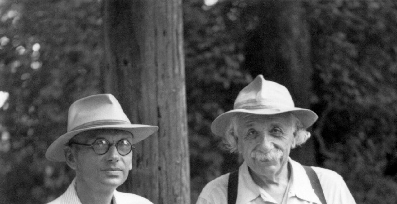 """Kurt Gödel und Albert Einstein - Am """"Institute for Advanced Study"""" im US-amerikanischen Princeton pflegten Kurt Gödel und Albert Einstein eine ungewöhnliche Freundschaft. - © Emilio Segre Visual Archives / Science Photo Library / picturedesk"""