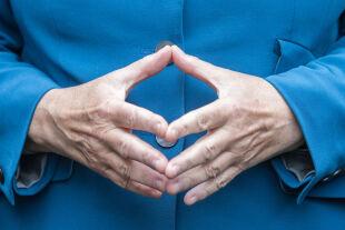 Raute - Angela merkel, die Kanzlerin der Krisen: Inhaltlich fällt ihre Bilanz gemischt aus. Geprägt war ihre fast 16 Jahre dauernde Kanzlerschaft von Krisen - © APA / dpa / Michael Kappeler