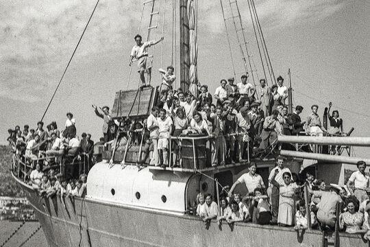 Jüdische Flüchtlinge bei ihrer Ankunft in Haifa - Geflüchtete, vertriebene, geschleuste europäische Jüdinnen und Juden bei ihrer Ankunft 1946 im jungen Staat Israel, in dem sie bald mit ihrem alten Kriegsschicksal aufs Neue konfrontiert sind.<br />  - © Tyrolia Verlag