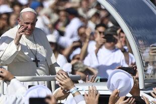 Papst in budapest - © APA / AFP / Attila Kisbenedek