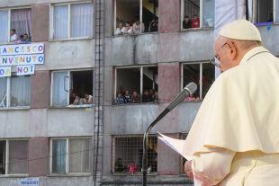 Papst Slowakei - © APA / AFP / Vatican Media / Handout    -    Papst Franziskus am 14. September 2021 in der Roma-Siedlung Lunik IX in Košice