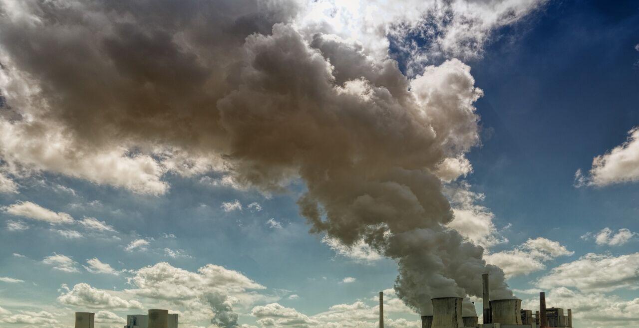 Kraftwerk Feld - © Pixabay / jplenio