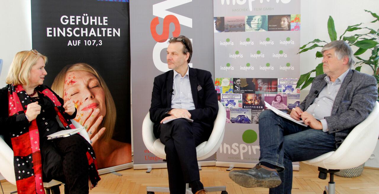 """Professionalität gefragt - <strong>Medien und Europa</strong><br /> Golli Marboe (Mi.) diskutiert mit der Europa-Chefin der """"Deutschen Welle"""", Adelheid Feike (li.), und Otmar Lahodynsky von der Vereinigung Europäischer Journalisten (re.). - © Inspiris Film"""