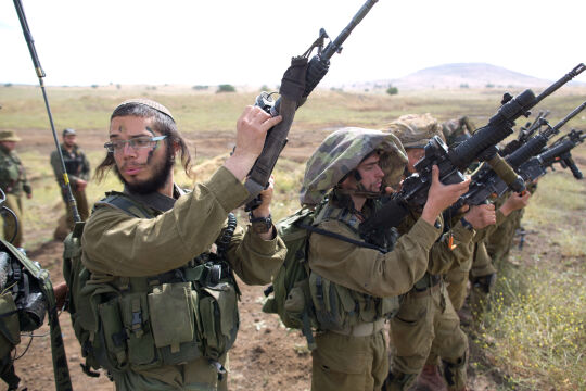 Orthodoxe Juden in israelischer Armee - © APA / AFP / Menahem Kahana
