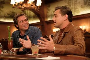 """once upon a time in hollywood - Gemischtes Doppel<br /> Rick Dalton (Leonardo DiCaprio, re.) ist ein abgehalfterter Western-Schauspieler, Cliff Booth (Brad Pitt, li.), sein Stunt-Double und """"Kindermädchen"""". - © Sony"""