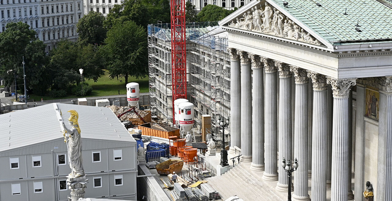 Parlament - Nicht nur das historische Parlamentsgebäude wird aktuell saniert. Auch die Gesetze, die bald wieder darin beschlossen werden, könnten Mut zu Veränderung vertragen, meint der Ökonom Lukas Sustala. - © APA/Hans Punz