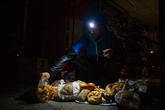 """Containerer - """"Müllstierdler"""" wie Lukas Uitz suchen im Müll nach noch genießbaren Lebensmitteln. Und sie werden überaus fündig. - © Christoph Laible"""