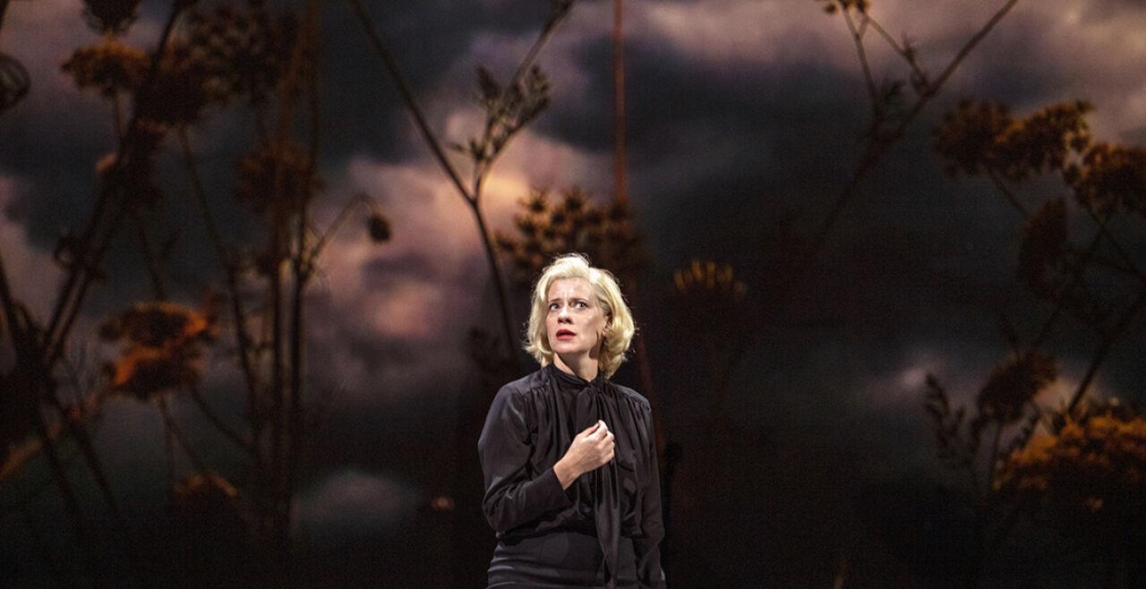 Die Empörten - Die Empörten: Die Bürgermeisterin (Caroline Peters) in aufgeheizter Stimmung. Im Wahlmodus lässt sie sogar den Halbbruder verschwinden. - © SF / Ruth Walz
