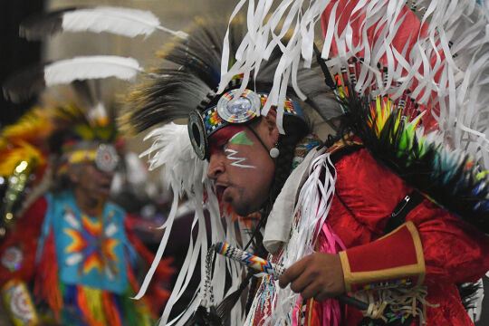 Weil du  Indianer bist - <strong>Powwow</strong><br /> Zu den großen Versammlungen nordamerikanischer Indianer treffen sich Stämme, Familien, Generationen. - © Getty Images / NurPhoto / Artur Widak