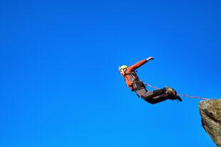 """Bungee-Jumping - Bei ausgeprägten """"Sensationssuchern"""" ist Bungee-Springen sehr beliebt. - ©  iStock / Bondariev"""