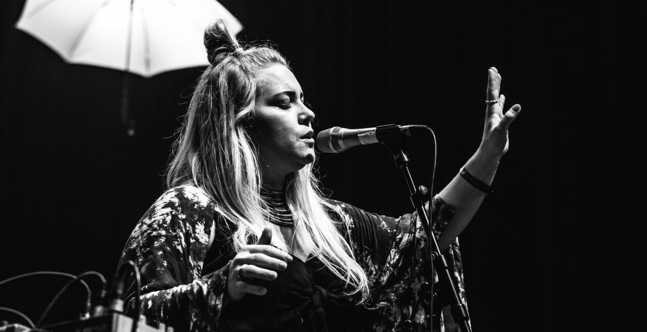 Musik mit Botschaft - Fulminanter Live-Auftritt: Die Stärke der Sängerin und Komponistin Lylit liegt in der Intensität und Verletzlichkeit, die ihre Songs auszeichnen. - © Michael  Geißler